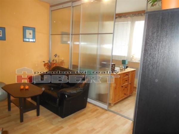 Pronájem: velký obývací pokoj (25 m2 - rozdělen na 2 pokoje) ve Zlíně, ul. Křiby