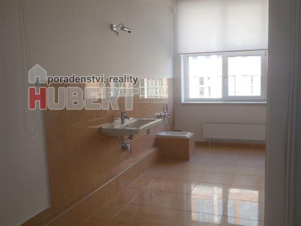 Pronájem: provozovna (20 m2) pro kadeřnictví, kosmetika, masáže, nebo nehtové studio v centru Zlína