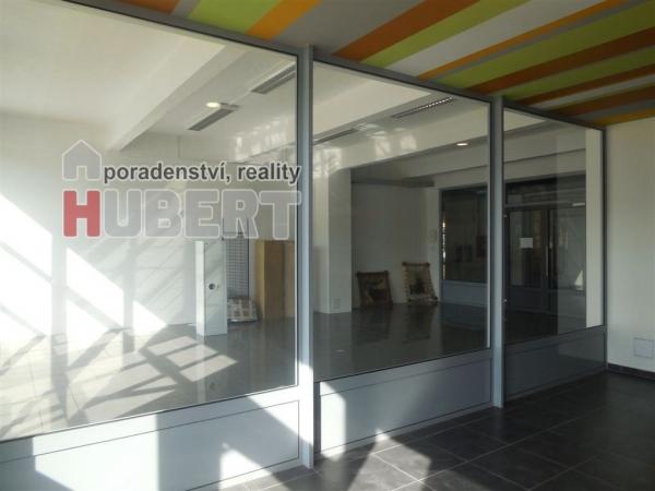 Pronájem: obchodní prostor 55 m2, v budově v 1.NP s výtahem, v obchodní zóně, v centru Zlína, Tř.T.Bati