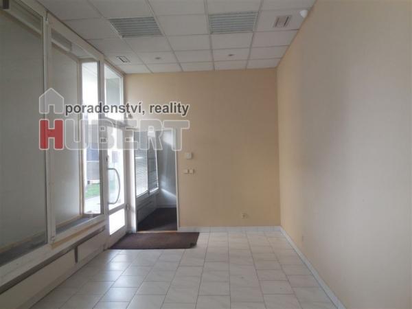 Pronájem: komerční prostory - kanceláře (39 m2) s výlohami v centru města Zlína